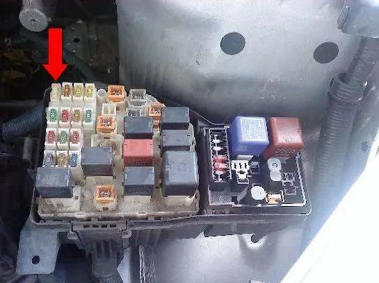 Engine compartment fuse box of 2001-2003 Toyota Rav4 (2)
